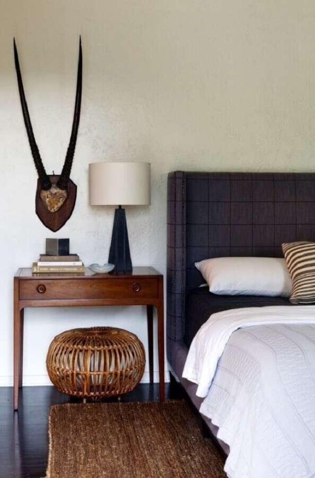 16. Abajur para criado mudo de quarto simples decorado com cabeceira azul – Foto: Remodelista