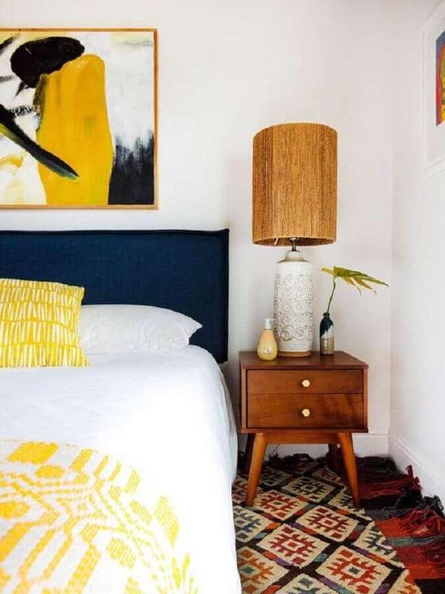 37. Decoração de quarto simples com cabeceira azul e abajur para criado mudo de madeira – Foto: Old Brand New