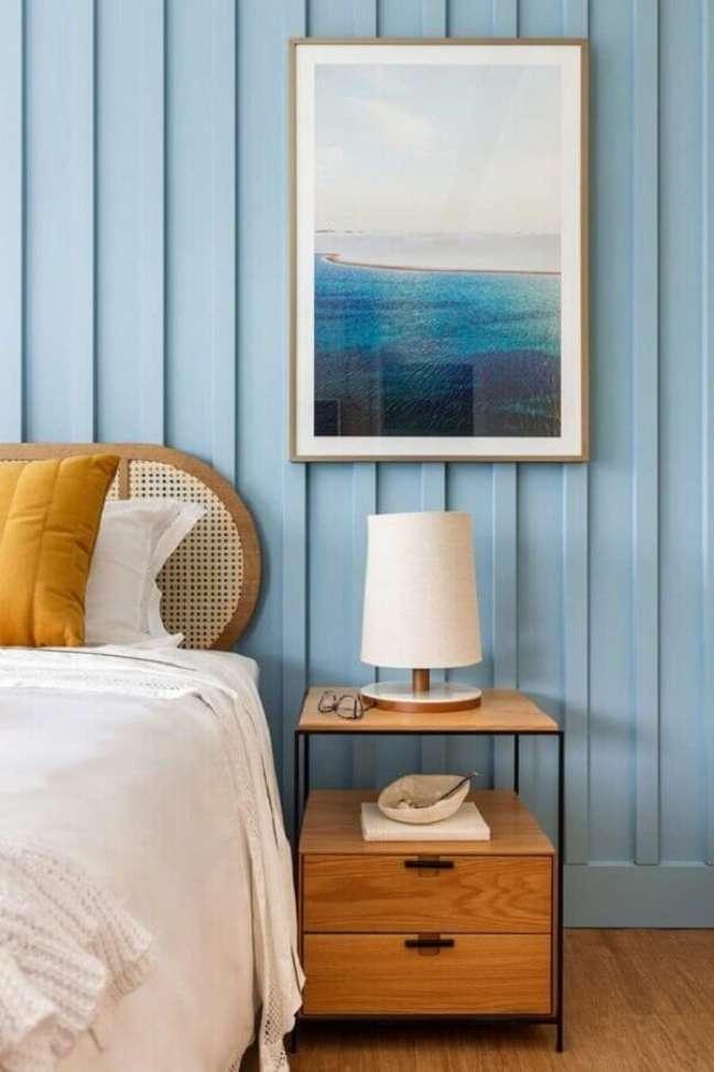 2. Abajur pequeno para criado mudo de quarto azul decorado com moveis de madeira – Foto: Beatriz Zeglin Arquitetura