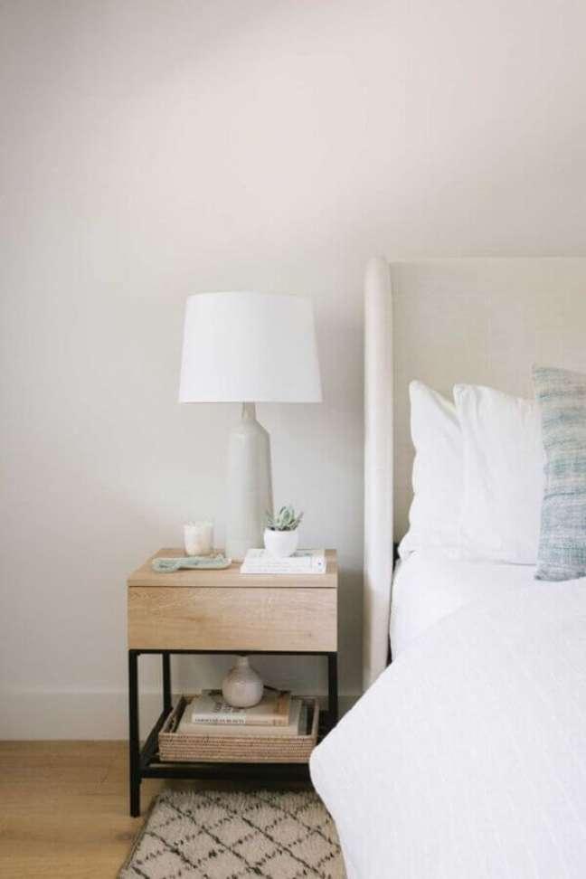 43. Decoração simples para quarto branco com abajur para criado mudo de madeira – Foto: Sophie Allegra