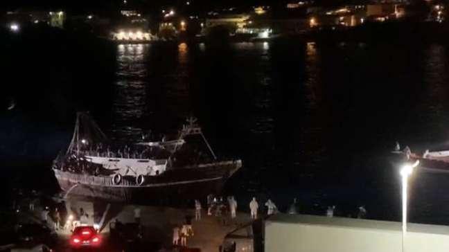 Pesqueiro com 686 migrantes chega em Lampedusa