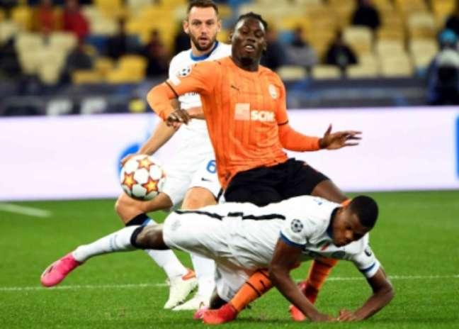 Momento da lesão de Traoré em choque com Dumfries (Foto: SERGEI SUPINSKY / AFP)