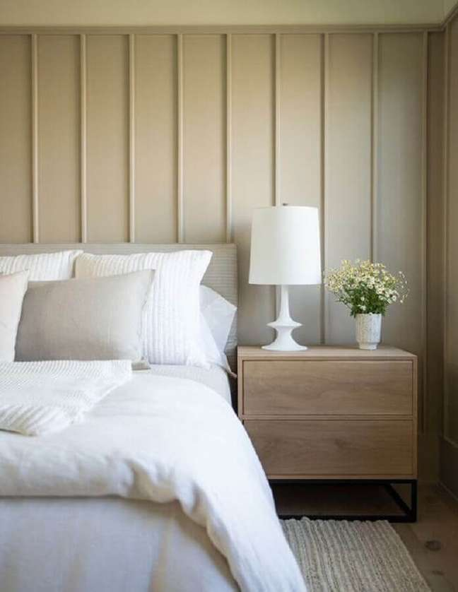 23. Cores neutras para decoração com abajur para criado mudo de quarto – Foto: House and Home
