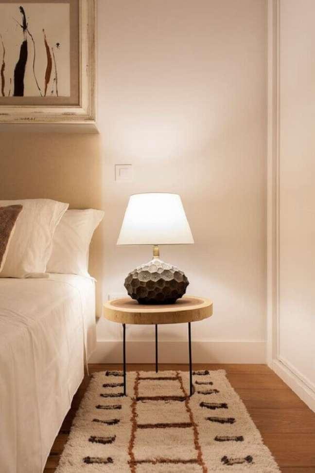 38. Decoração em cores neutras com abajur para criado mudo de quarto de casal – Foto: AD