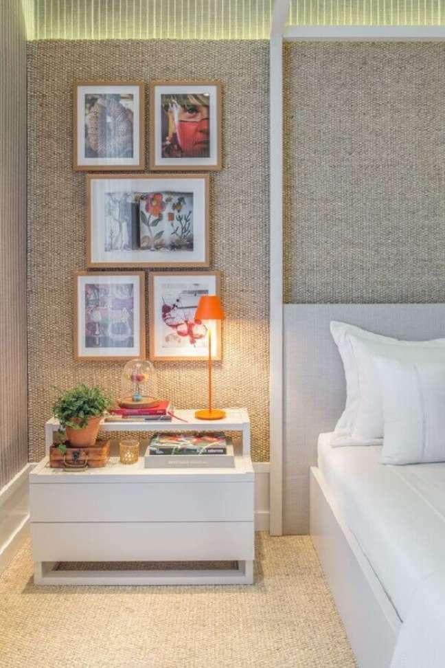 11. Abajur para criado mudo de quarto decorado com tecido cinza na parede – Foto: Quartos Etc