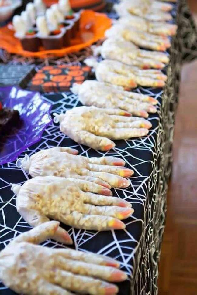 45. Luva com pipocas no pacote para decorar festa de halloween – Por: Como Fazer em Casa