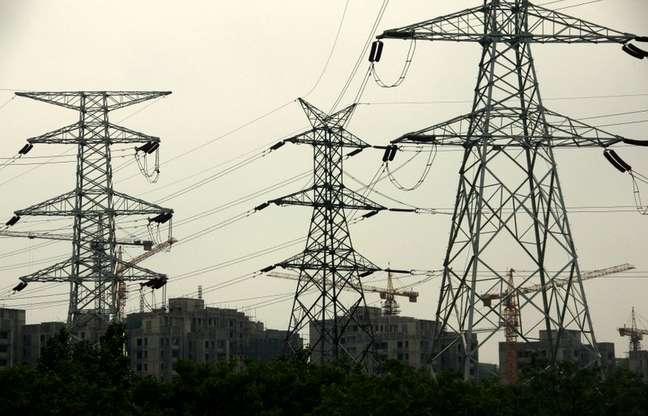 Linhas de transmissão de energia nos arredores de Pequim 24/05/2011 REUTERS/David Gray
