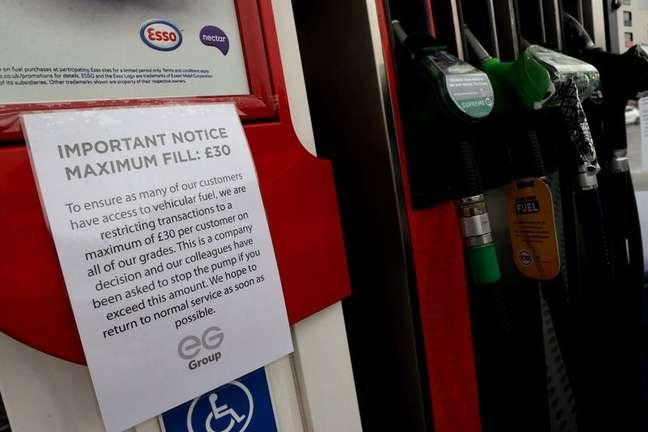 Cartaz informa sobre racionamento de combustíveis em posto em Stoke-on-Trent, no Reino Unido 25/09/2021 REUTERS/Carl Recine