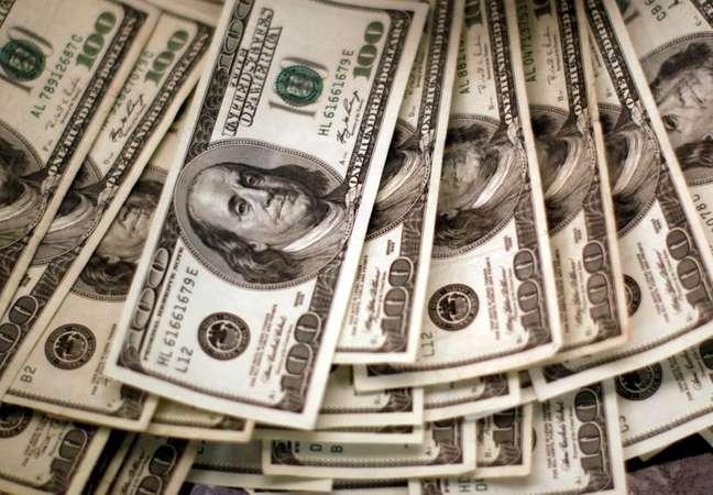Cédudas de dólares dos EUA em banco em Westminster, Colorado, EUA 03/11/2009 REUTERS/Rick Wilking