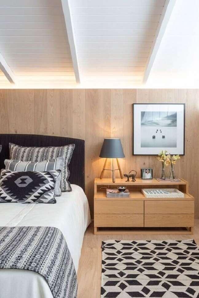 6. Abajur para criado mudo em quarto de casal amadeirado decorado com cabeceira preta – Foto: Constance Zahn
