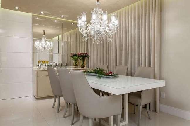29. Sala de jantar de apartamento de luxo com cadeiras de couro. Fonte: Vanja Maia
