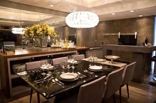 41. Sala de jantar de luxo moderna com mesa preta e cadeiras de veludo. Fonte: Oficina 802