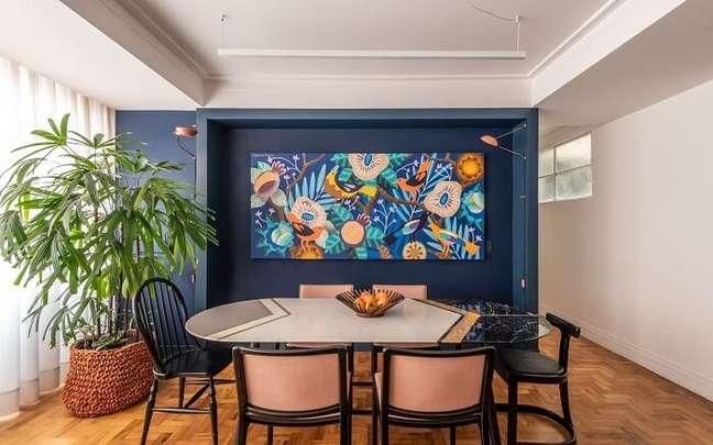 40. Sala de jantar de luxo moderna com mesa colorida. Fonte: Batistelli Arquitetura e Design