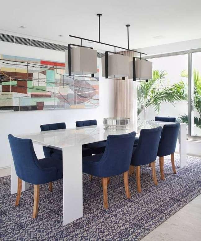 44. Sala de jantar grande de luxo com quadro colorido. Fonte: Paola Ribeiro