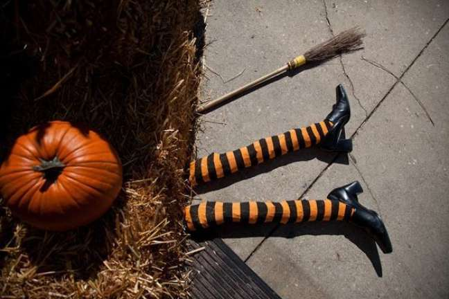 30. Decore sua casa com bruxas para deixar o ambiente de halloween surpreendente – Por: Casa e Festa