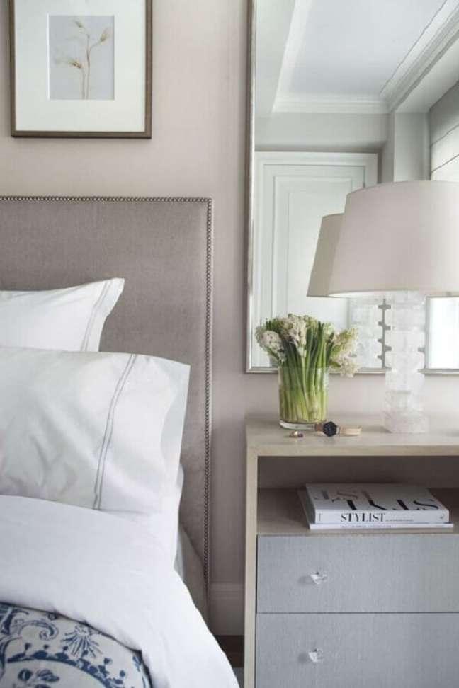 55. Quarto com cores claras decorado com abajur para criado mudo – Foto: Casa Vogue