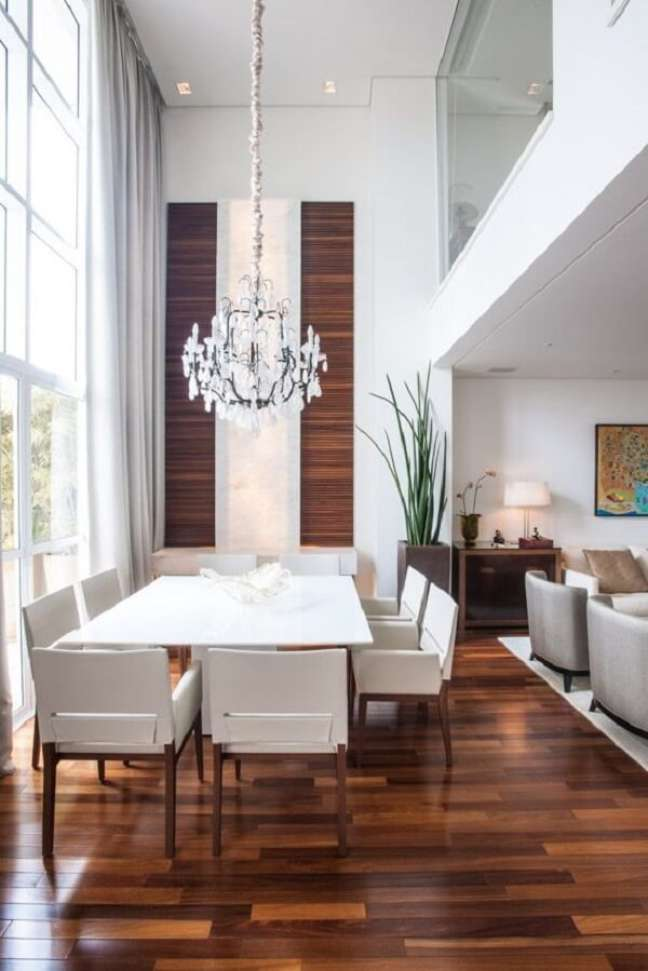 42. Sala de jantar de luxo moderna com piso de madeira e pendente de cristal. Fonte: Maricy Marcos Borges