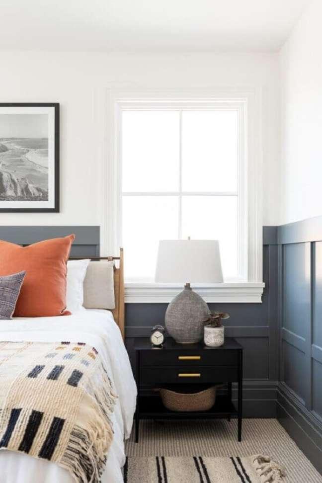 17. Abajur para criado mudo preto de quarto decorado com meia parede pintada – Foto: Studio McGee