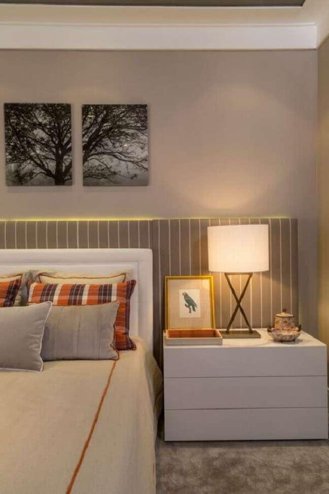 4. Abajur para criado mudo de quarto de casal decorado em cores neutras com cabeceira estofada e listrada – Foto: Quartos Etc