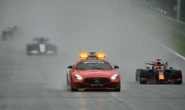 Max Verstappen ao lado do safety-car no GP da Bélgica do último domingo