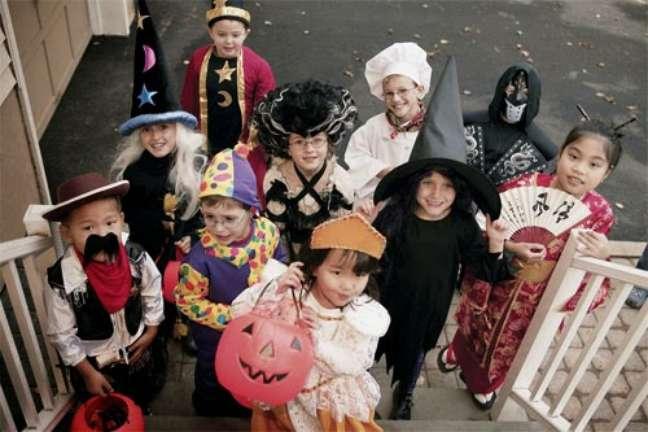 8. Crianças pegando doces no Halloween – Por: Passeios Kids