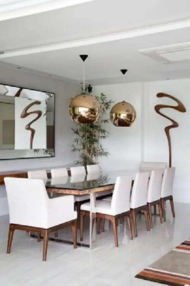 20. Decoração clean com espelho para sala de jantar moderna toda branca com luminária pendente cobre. Fonte: Conexão Decor