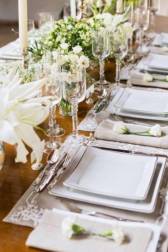 8. Sala de jantar de luxo com aparelho de jantar quadrado. Fonte: Casa de Valentina