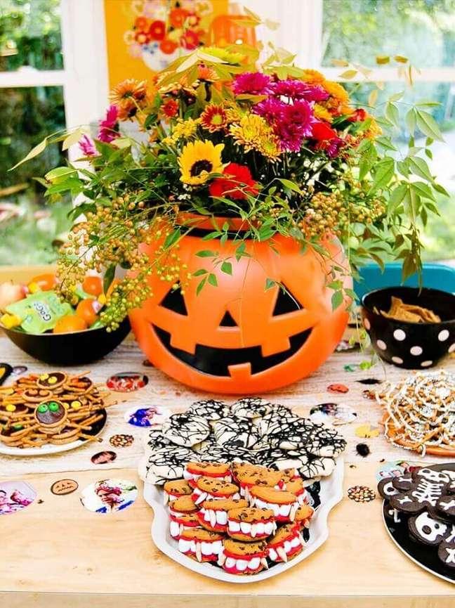 9. Mesa decorada com doces variados para a festa de halloween = Por: Mille Pop