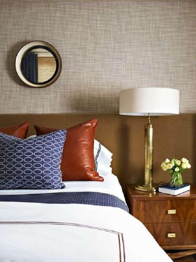 1. Abajur para criado mudo quarto casal decorado com almofadas para cama e cabeceira marrom – Foto: Blanco Interiores
