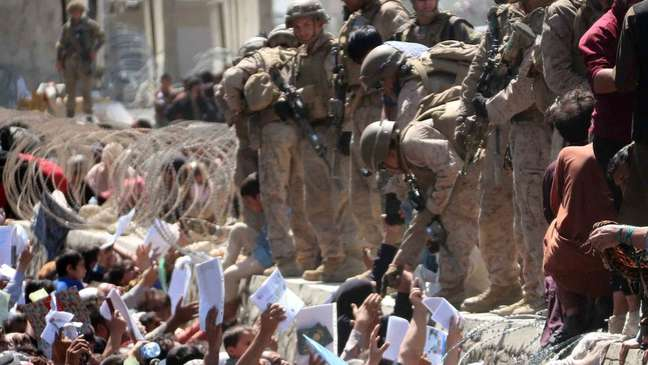 Operação de retirada do aeroporto de Cabul ainda envolveu militares americanos — 13 deles mortos em ataque suicida