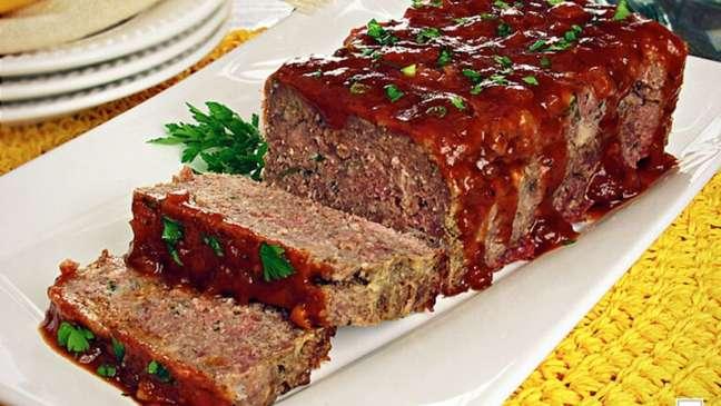 Rocambole de carne com bacon é uma ótima opção para o seu almoço!