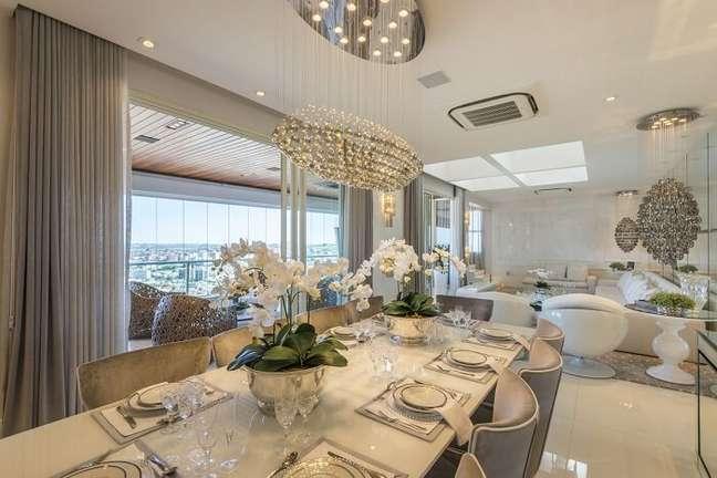 17. Buffet de luxo para sala de jantar espelhado. Fonte: Iara Kilaris