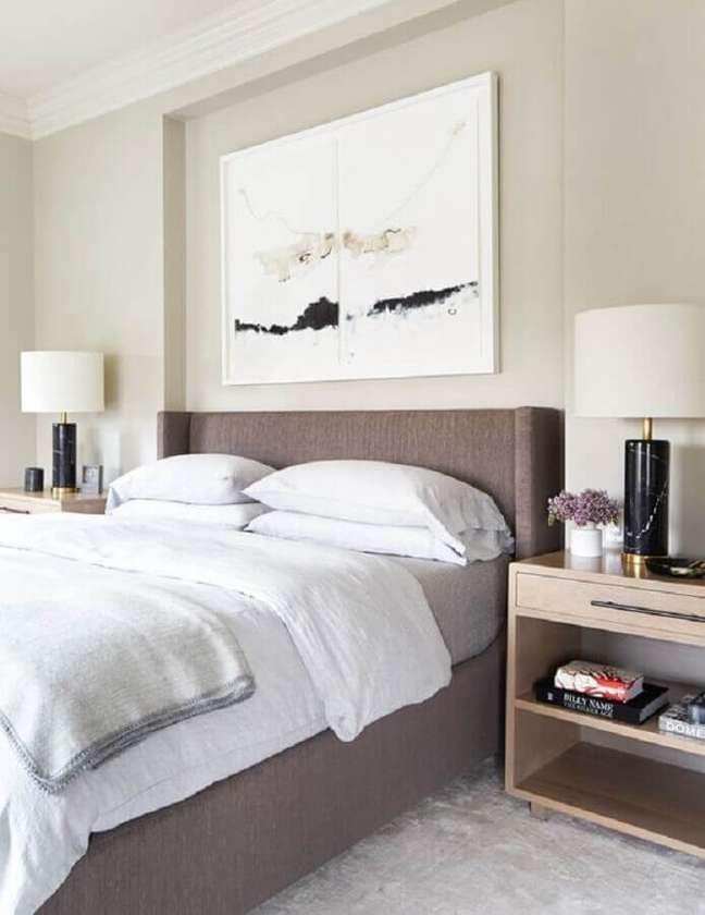 9. Abajur para criado mudo de quarto de casal decorado em cores claras com quadro grande na cabeceira – Foto: domino magazine