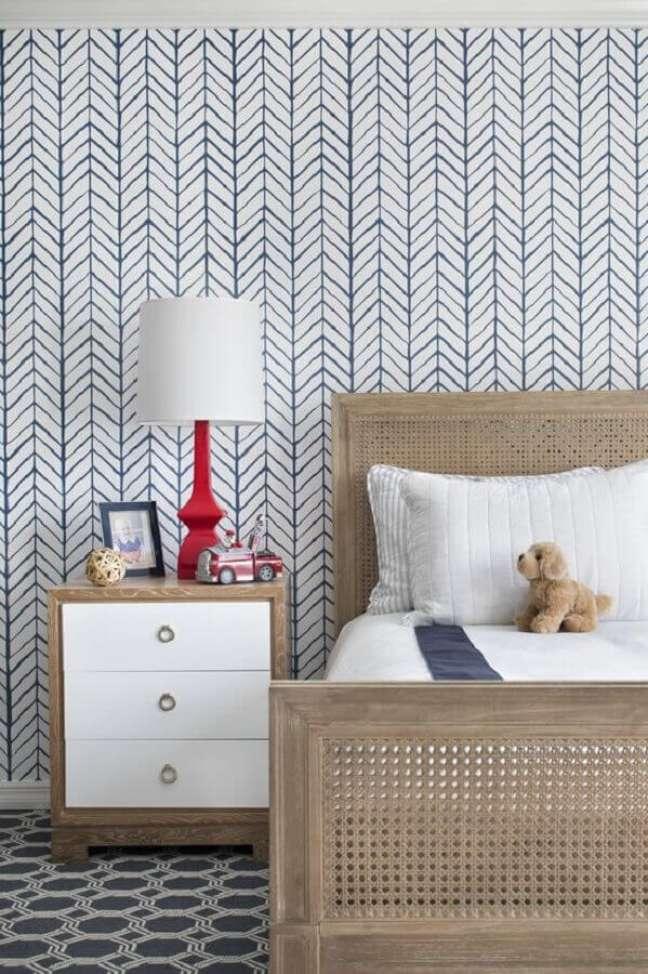 15. Abajur para criado mudo de quarto infantil decorado com papel de parede azul e branco – Foto: domino magazine