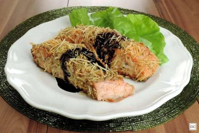 Guia da Cozinha - Salmão em crosta de batata palha para uma refeição deliciosa