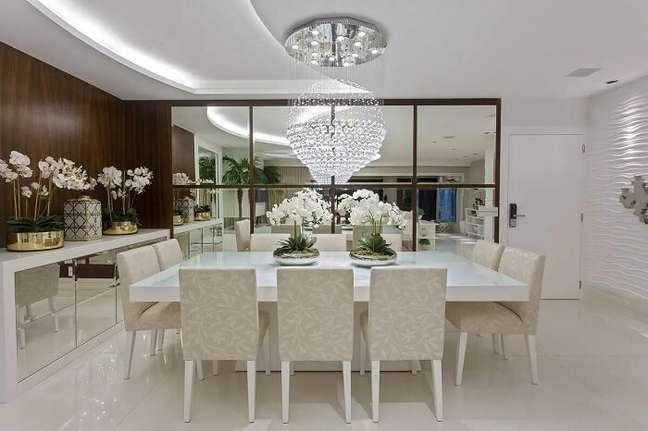 5. Espelho para sala de jantar sofisticada decorada com lustre de cristal. Fonte: Homify