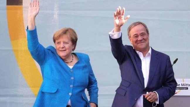A chanceler Angela Merkel e o candidato de seu partido, Armin Laschet, em um comício