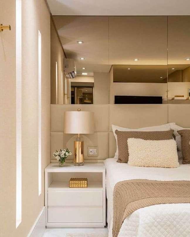 5. Abajur para criado mudo de quarto bege decorado com parede espelhada – Foto: Monise Rosa