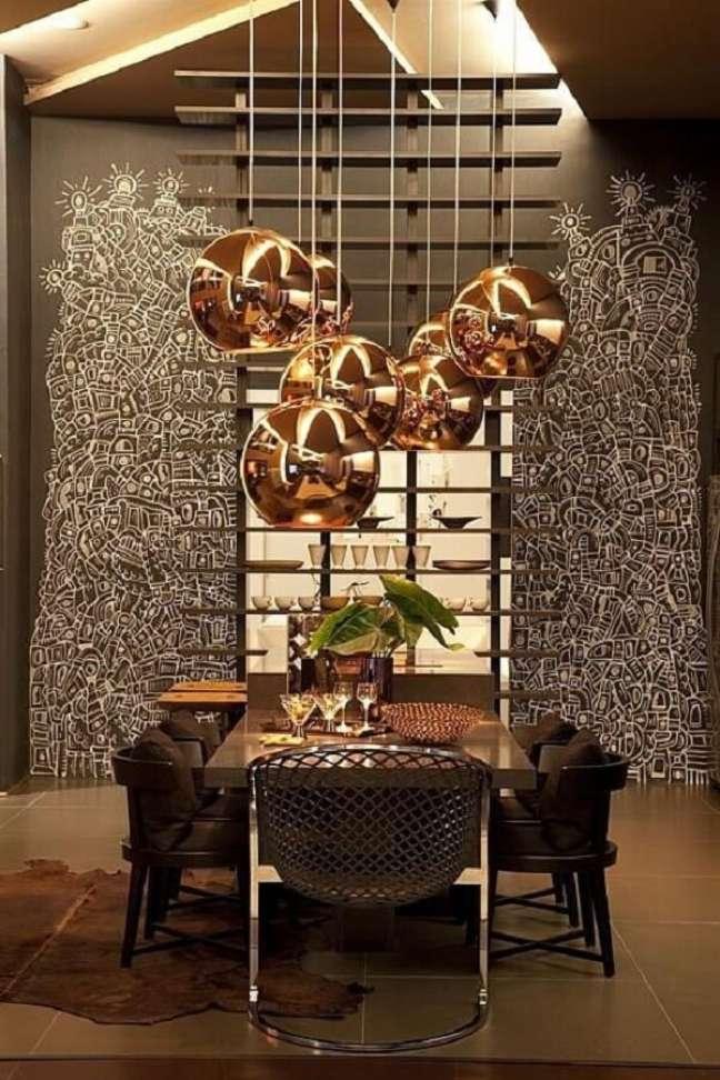 25. Os pendentes se destacam na sala de jantar de luxo moderna. Fonte: Denise Barreto