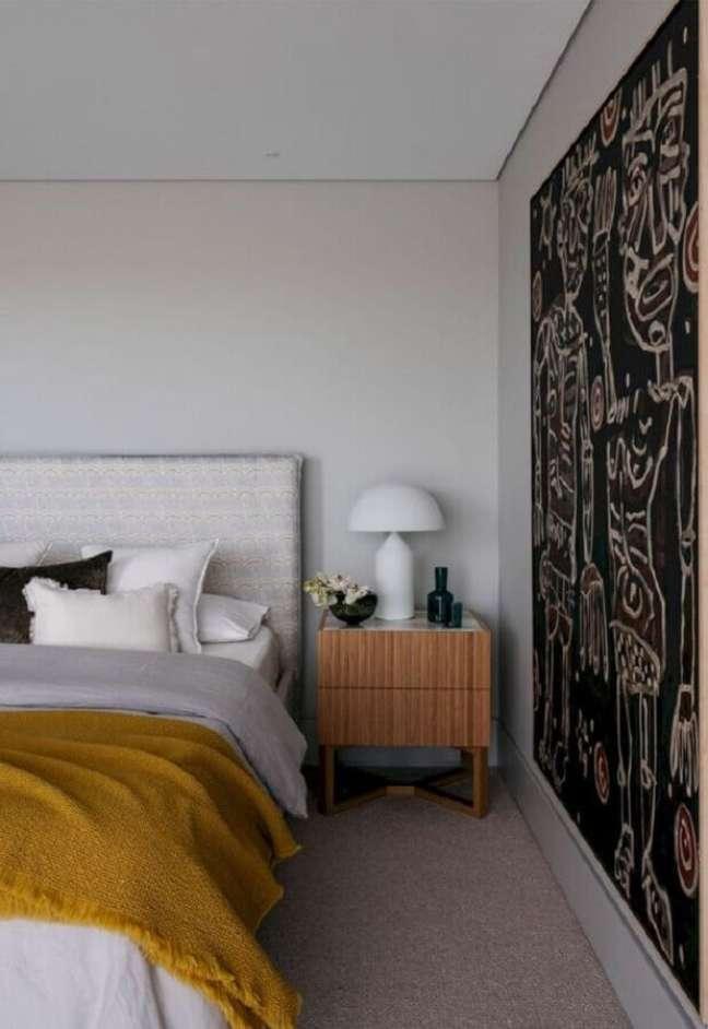 30. Decoração com abajur para criado mudo de quarto de casal com cabeceira estofada – Foto: Futurist Architecture