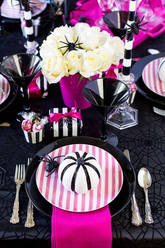 61. Festa de Halloween decorada com mesa preta e rosa – Foto: Elle Decor