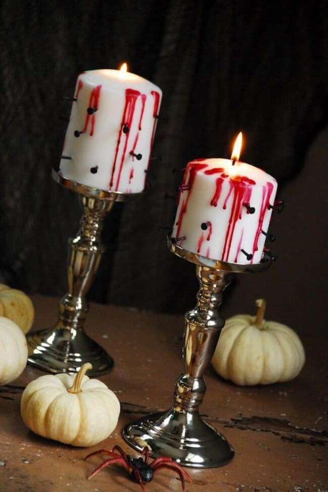 34. A decoração para festa de halloween com velas é impecável – Por: Bustle