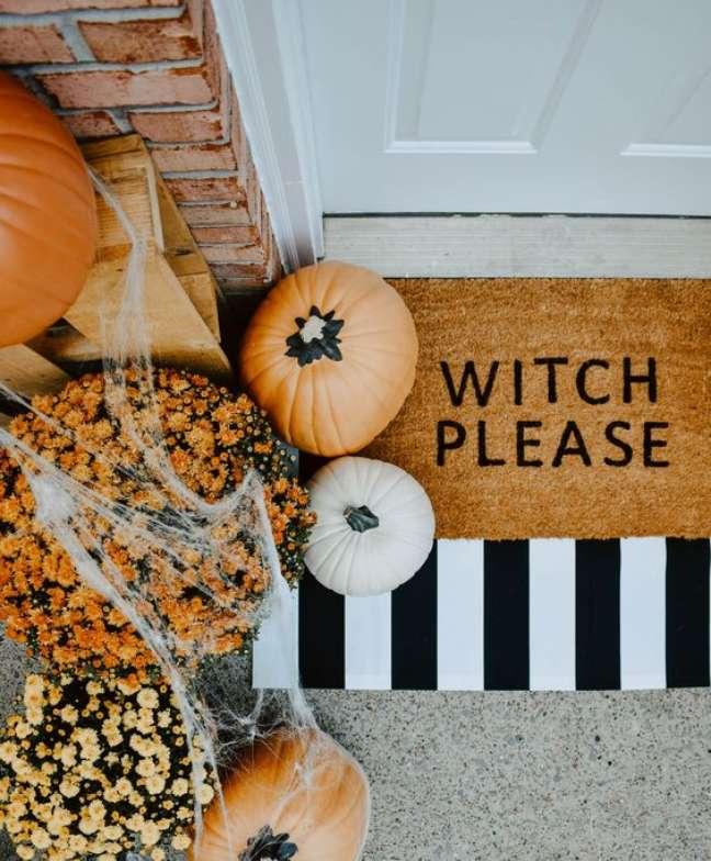 25. Decoração de festa de Halloween na entrada de casa com abóboras – Por: GlooDecor