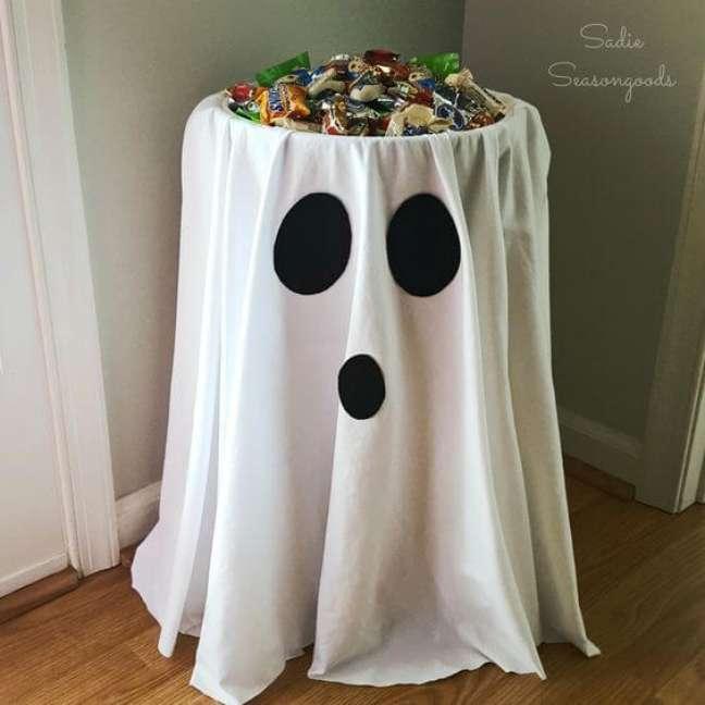 46. Mesa com doces para festa de halloween – Sadie Seasongoods