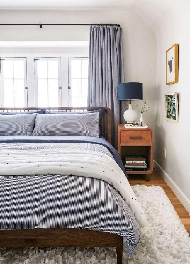 34. Decoração com tapete felpudo e abajur para criado mudo de quarto de casal – Foto: Emily Henderson