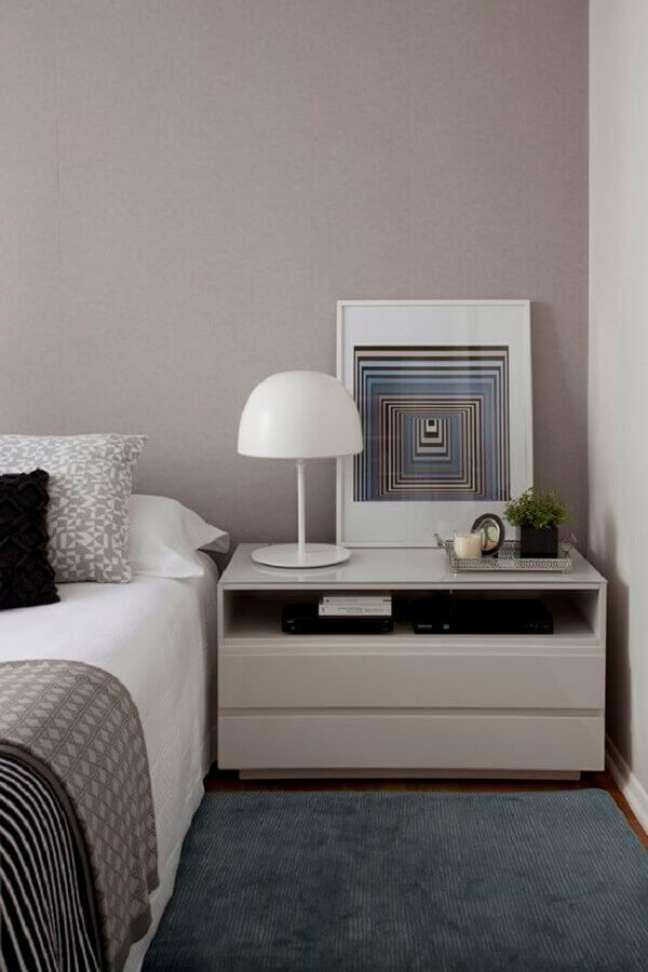 24. Cores neutras para decoração de quarto com abajur pequeno para criado mudo – Foto: Luiza Lessa
