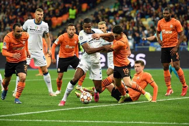 Shakhtar Donetsk e Inter de Milão ainda não venceram na atual Champions League (Foto: SERGEI SUPINSKY / AFP)
