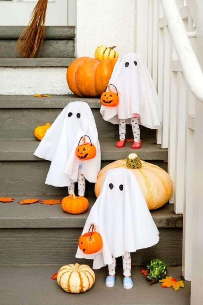 4. Festa de Halloween decorada com aboboras e crianças vestidas de fantasmas – Foto: Brit Morin