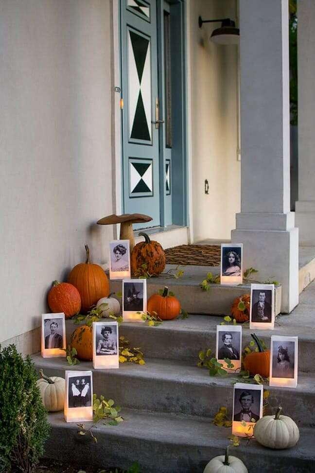 41. Ideias para halloween: coloque fotos antigas com velas e abóboras na entrada de casa – Por: Casa e Festa