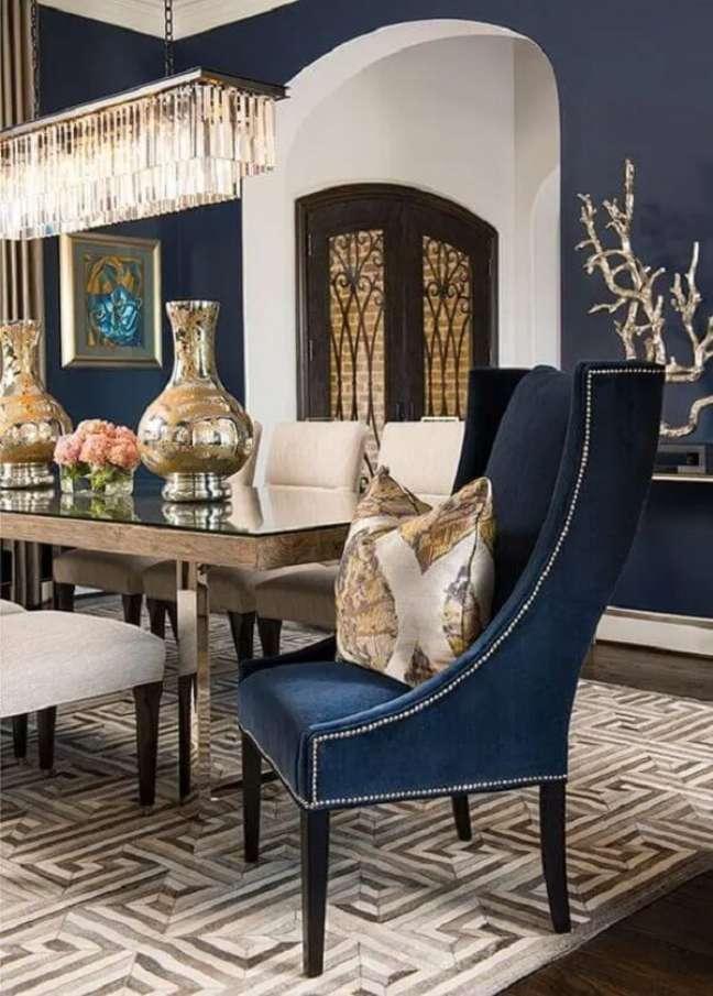 3. Poltrona para mesa de jantar azul marinho em destaque. Fonte: Ibb Design